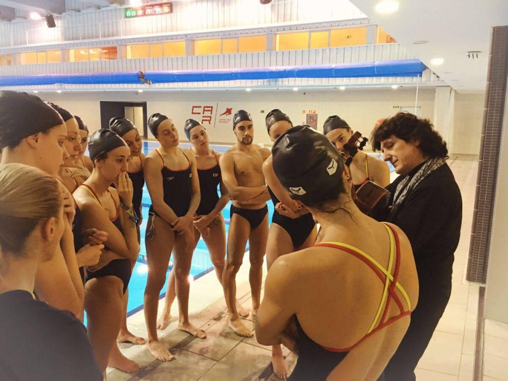 Equipo Nacional de Natación Artística escuchando a Cañizares