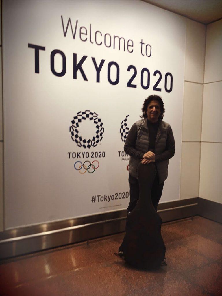 El guitarrista y Compositor Cañizares en el Aeropuerto de Tokio